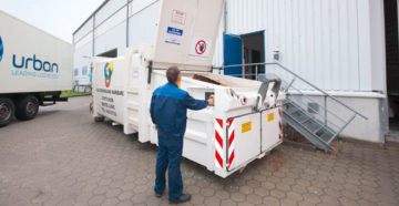 Presscontainer zur Abfallentsorgung bei der Bedienung durch HEG-Mitarbeiter