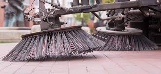 Reinigung vonGewerbe- und Veranstaltungsflächen mit Straßenkehrmaschine